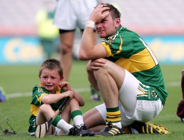 john-egan-dejected-with-his-son-after-the-game-372010-630x482